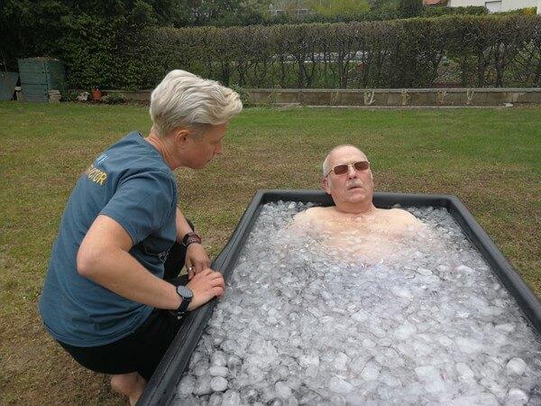 Josef Kroh beim Wim Hof Eisbad - Behandlung Multiple Sklerose